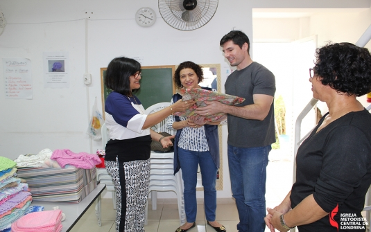 Foto Entrega dos Casaquinhos de Bebe Para a Missão na Jordânia